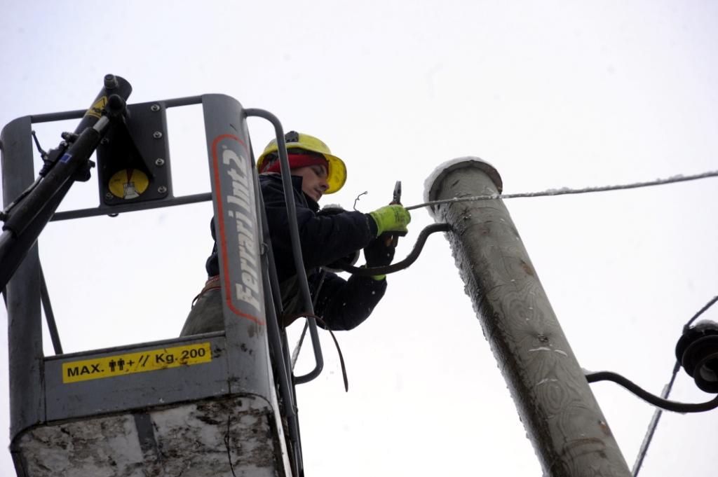 Из-за сильного ветра без электричества остаются 3000 клиентов
