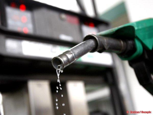 Литр бензина на заправках Латвии упал ниже 1 евро