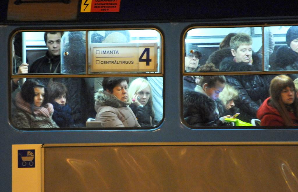 Недовольные повышением тарифов на транспорт жители Риги организуют протесты