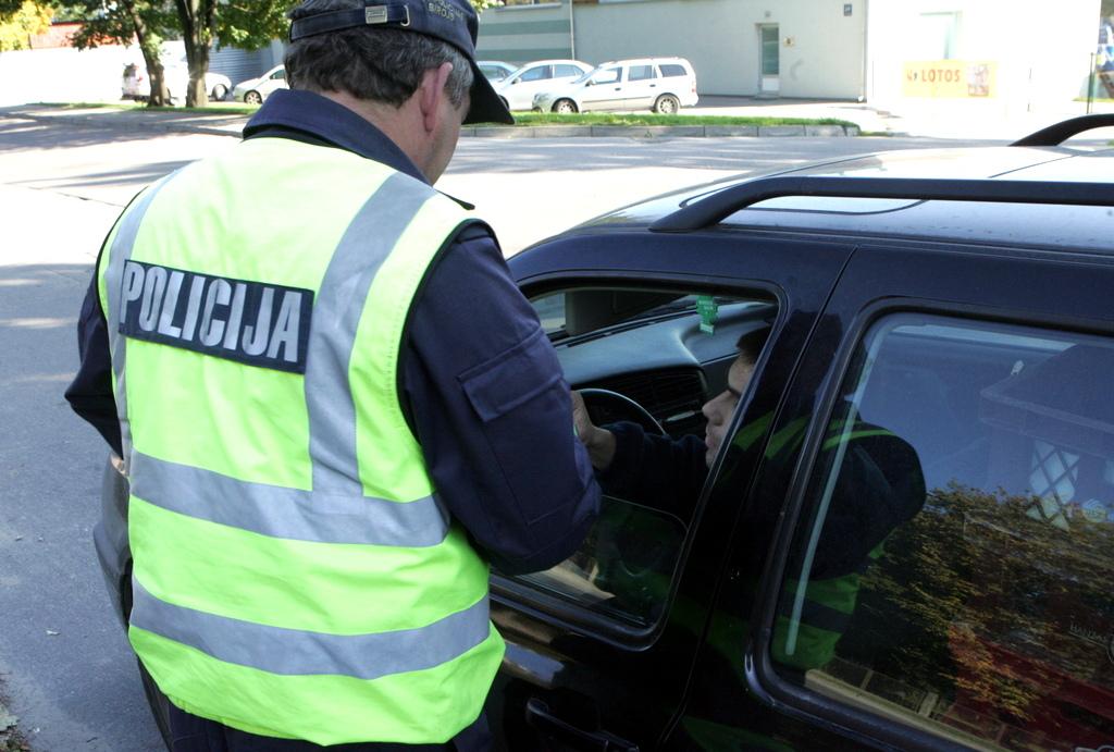 В Елгаве полицейские спасли загоревшееся авто