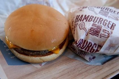 Россия: депутаты решили приравнять гамбургеры к сигаретам