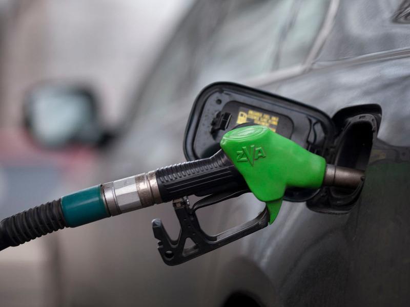 Бензин в Риге подешевел почти до 1 евро за литр