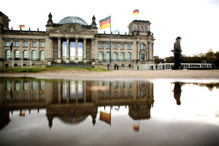 Немецкий депутат предложил Путину выступить в Бундестаге на годовщину Победы