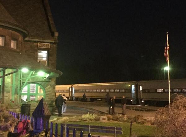 Неизвестный с ножом напал на пассажиров поезда в США