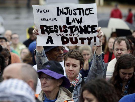 В Фергюсоне разрушили мемориал памяти темнокожего американца, застреленного полицейским