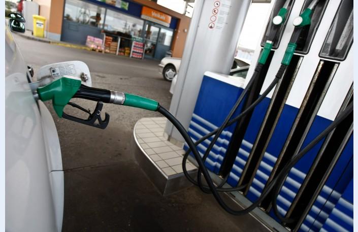 Эксперт: бензин продолжит дешеветь до 1,10 евро за литр