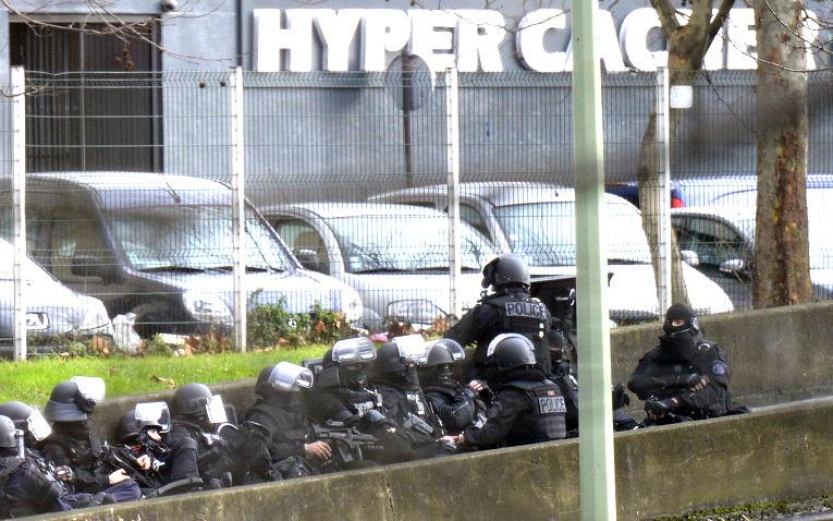 Захвативший заложников в кошерном магазине Парижа убит