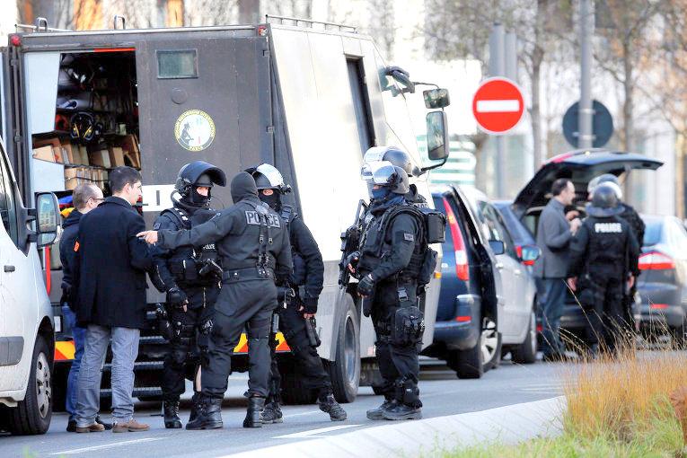 ТВ: неизвестный захватил троих заложников на почте под Парижем (дополнено)