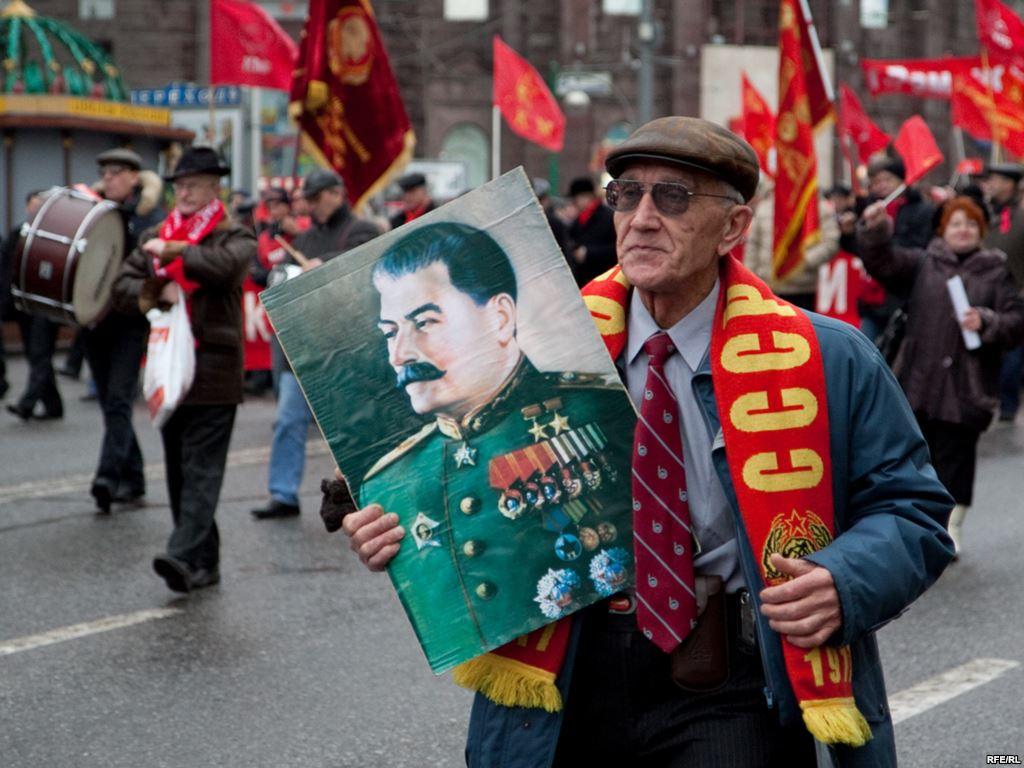 Опрос: более половины россиян поддержали Сталина