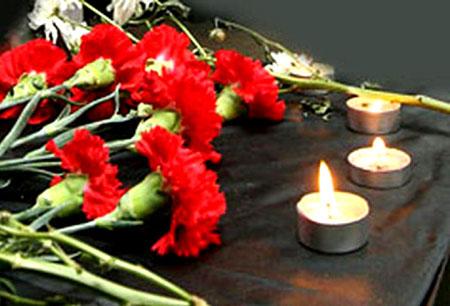 Жители Латвии несут к посольству Франции свечи и цветы