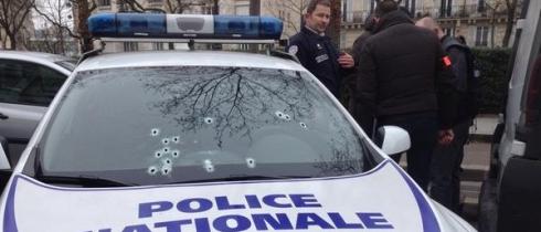 Мужчина в Париже расстрелял полицейских и скрылся (ДОПОЛНЕНО)