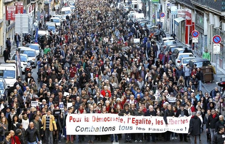 Во Франции 700 тыс человек приняли участие в безмолвных шествиях