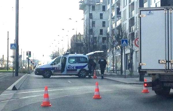 Заложники, захваченные в отделении почты под Парижем, освобождены