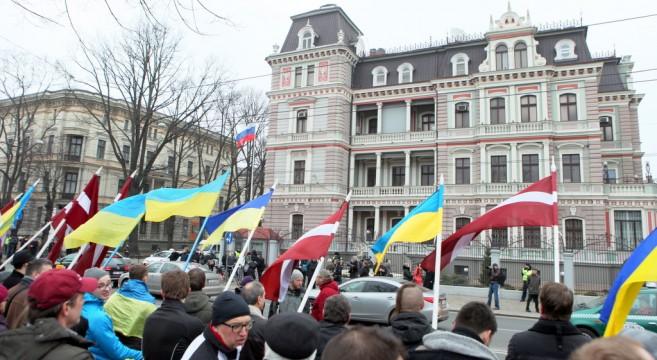 Полиция начала проверку задержания оператора на пикете у посольства России