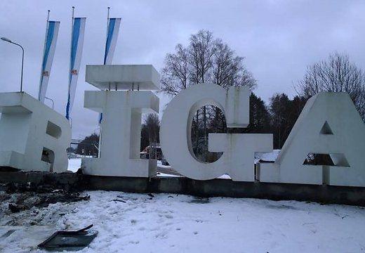 Пострадавший в аварии знак Rīga начнут ремонтировать