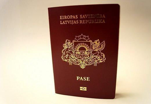 В Латвии начали выдавать паспорта нового образца